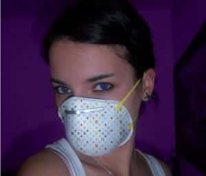 kobieta w masce przeciwko smogowi