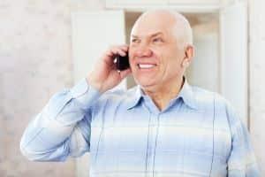 senior z telefonem