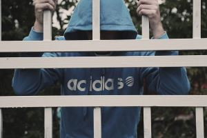 więzień za kratkami
