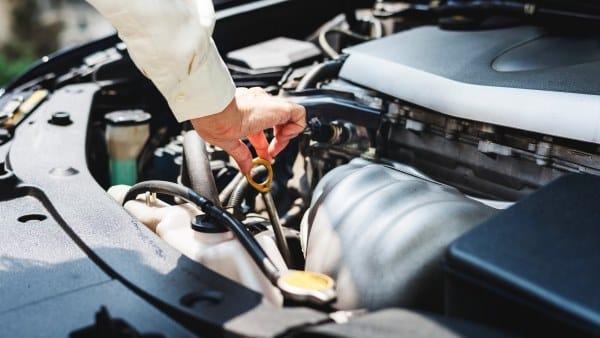 sprawdzanie oleju w silniku