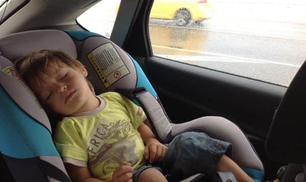 dziecko śpi w foteliku