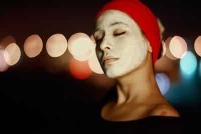 kobieta z maską upiększającą
