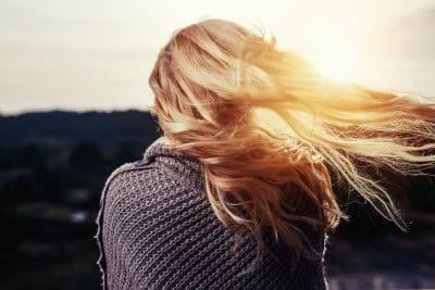 rozwiane włosy na słońcu