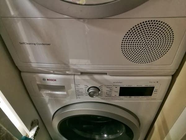 suszarka postawiona na pralce